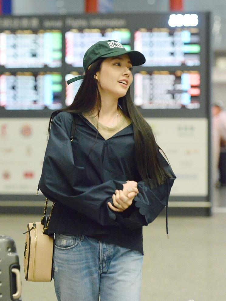 5月26日, 郭碧婷现身首都机场, 休闲装戴棒球帽素颜不