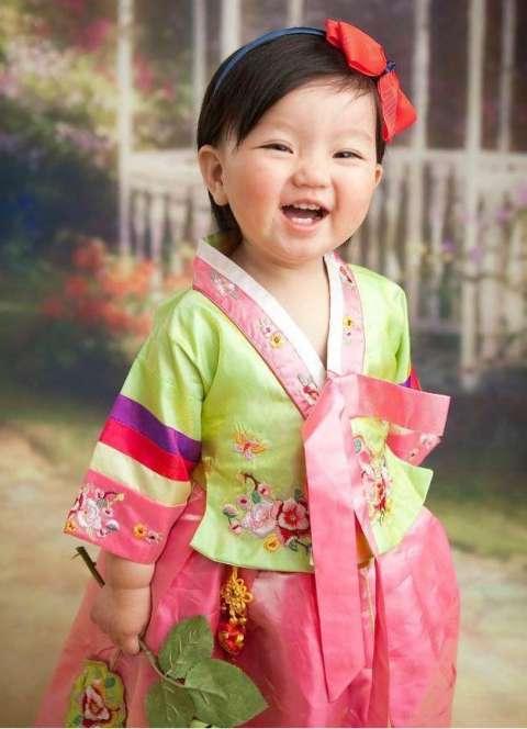 萌娃一哭一笑的表情太可爱了, 看阿拉蕾小时候的萌照会瞬间暖化你的心