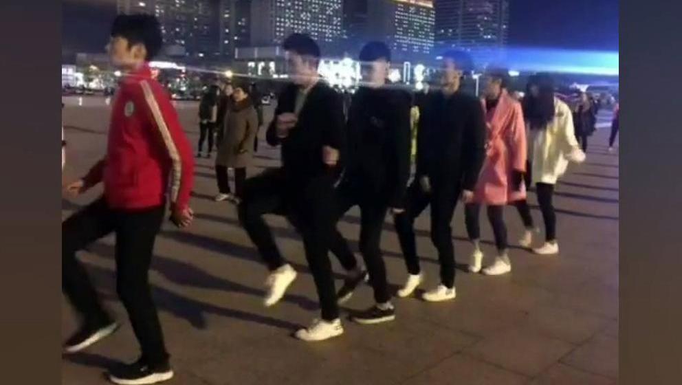 现在的年轻人真会玩,竟然把鬼步舞改编成了广场舞