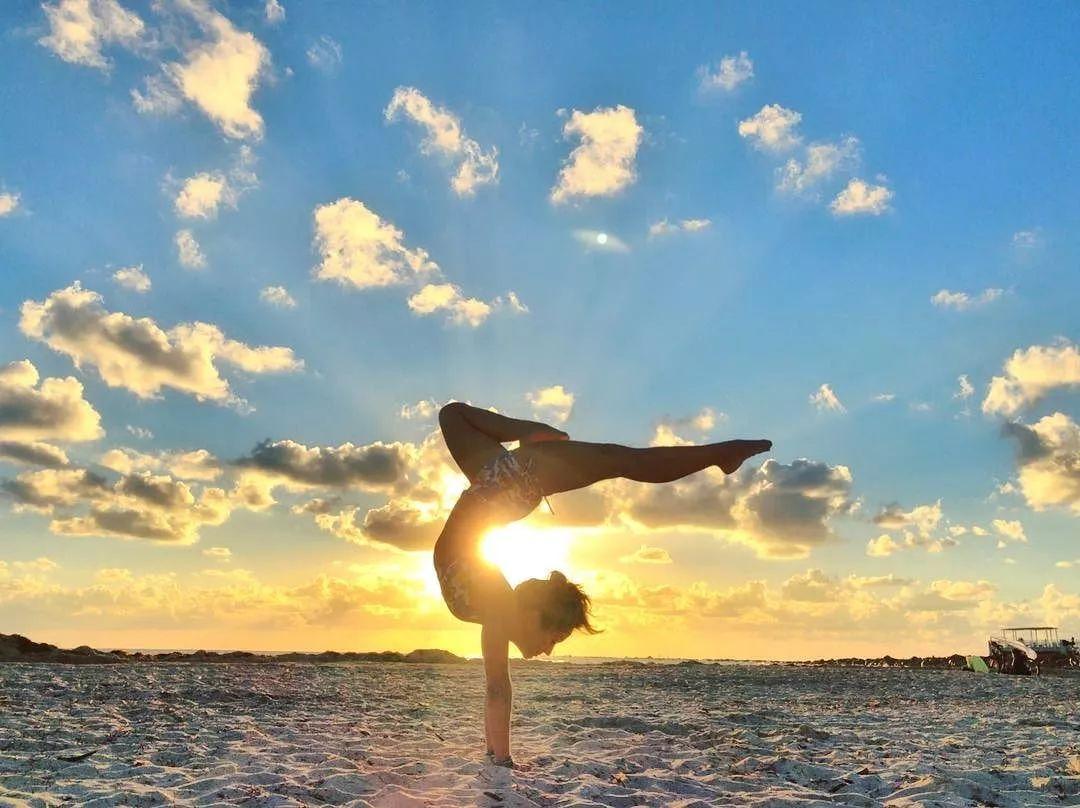 常见瑜伽反体式-双臂反抱腿式瑜伽体式_初级瑜伽体式图片