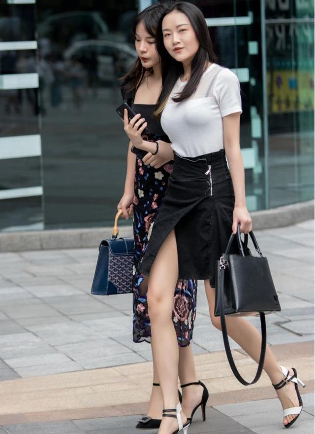街拍: 穿破洞裤的小姐姐, 清爽的半腰背心特别性感