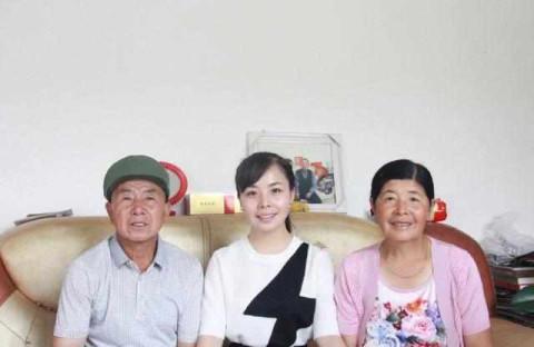王二妮和陕西老家一家人合照,看得出来之前家庭条件确实不是太好!