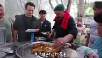老外组团来到中国,沉迷于中国美食无法自拔,都是抢着吃,好不容易才抢到一个羊腿!