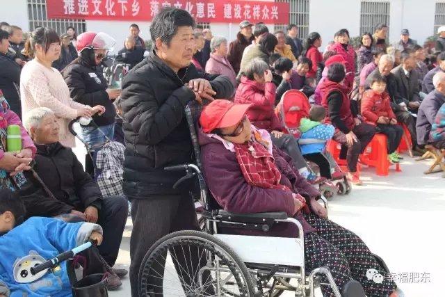 男子照顾瘫痪妻子10年不离不弃更令人倍感钦佩。