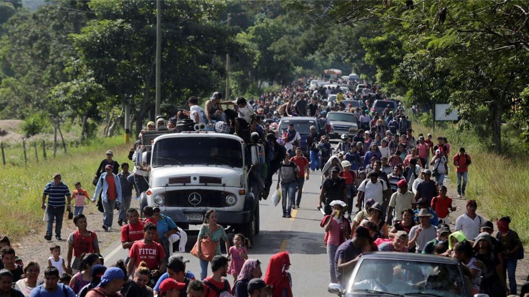 15名警察杀鸡儆猴, 300难民请求中方拔刀相助! 美国边境乌烟瘴气,