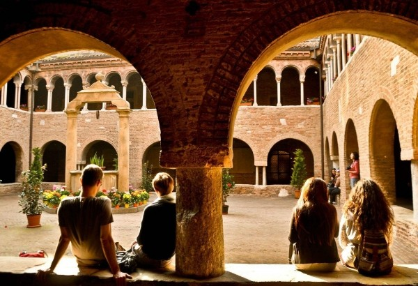 博洛尼亚大学位于意大利,是西方最古老的大学,有着极高的学术威望和影
