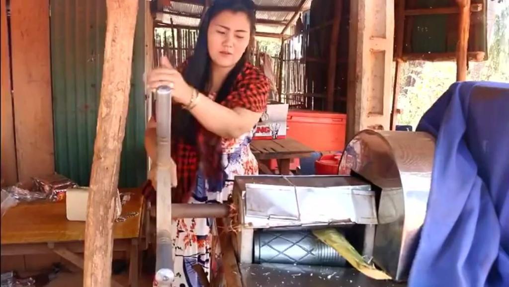 柬埔寨大姐手工鲜榨,甘蔗汁清甜可口