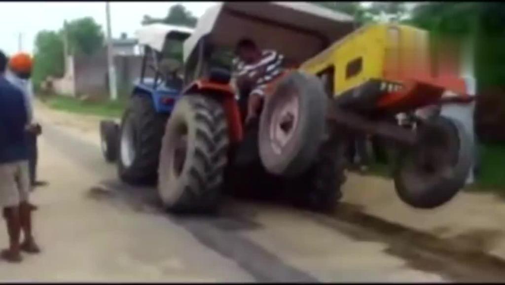 实拍: 印度拖拉机之神跟越野车拉力比赛,下一秒崩溃