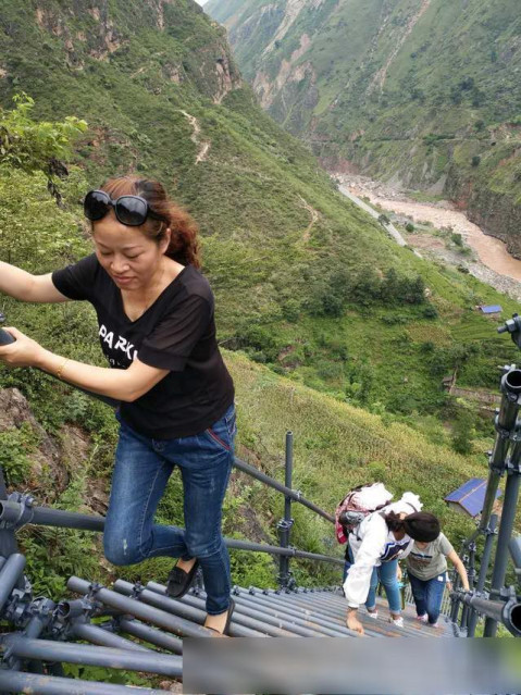 再走凉山昭觉悬崖村, 藤梯变钢梯, 绝壁天梯多了一份安全感!