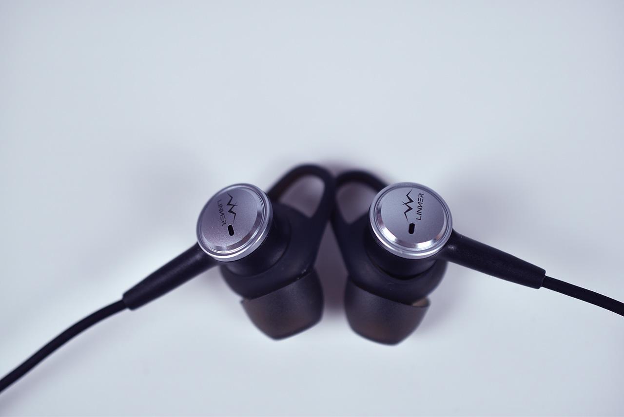 原理是通过抵消耳机麦克风采集的噪声,通过内部的降噪处理,进行反向