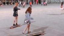 中国两美女玩长板滑板网上爆红 比韩国高孝周漂亮多了