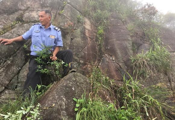 广东清远金子山景区保安攀岩下到悬崖峭壁帮助游客捡回掉落手机