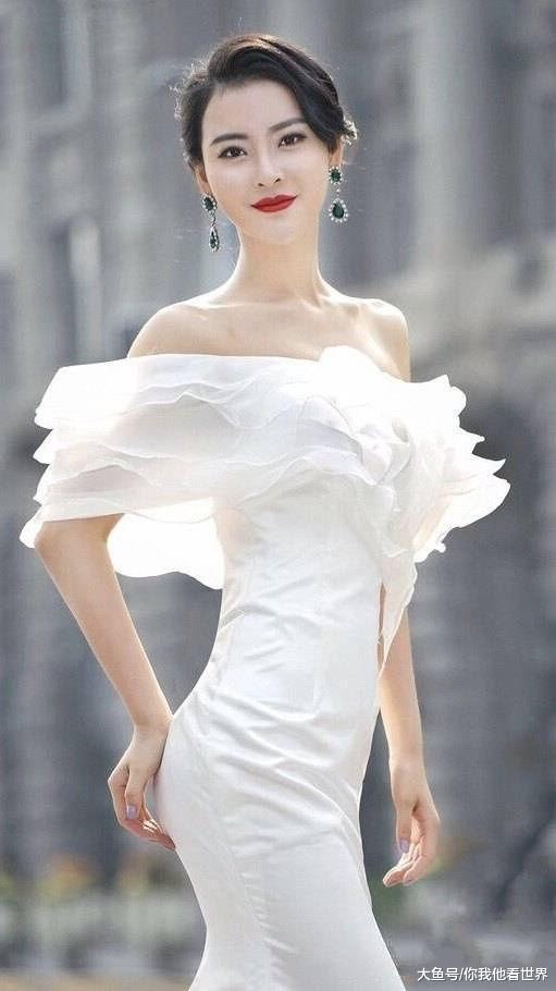 街拍: 娇俏靓丽的小姐姐时尚搭配, 充分展露出迷人魅力