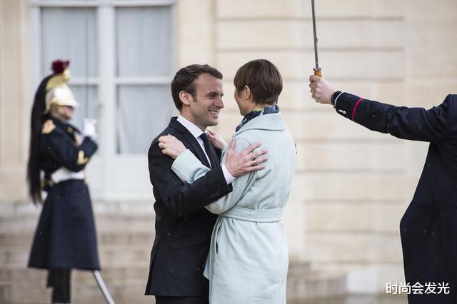 大25岁老婆布丽吉特一直被他宠爱,马克龙和斯洛伐克总统会面时,识趣地后退两步保持距离(图1)