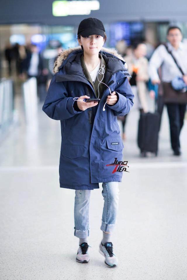 周冬雨素颜现身机场夏天穿棉袄, 这造型才叫逆天