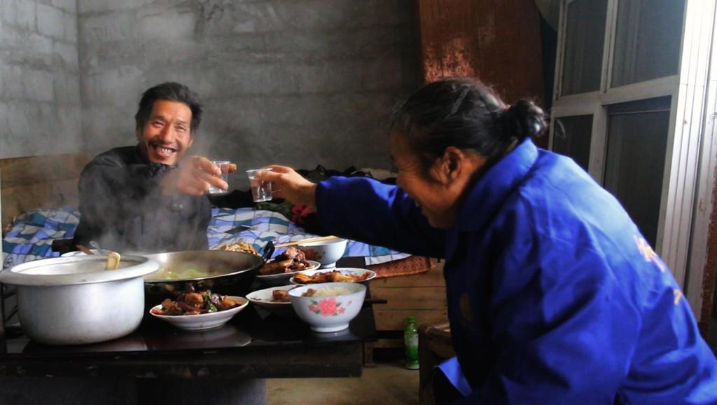 大雪天唠嗑吃火锅,渴望亲情,听农村留守老人诉说无奈和孤寂