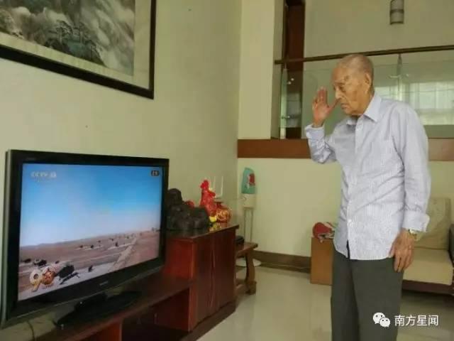 104岁老将军张力雄看朱日和阅兵 热泪盈眶
