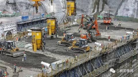 高山峡谷间,白鹤滩水电站大坝的建设正在全面推进.