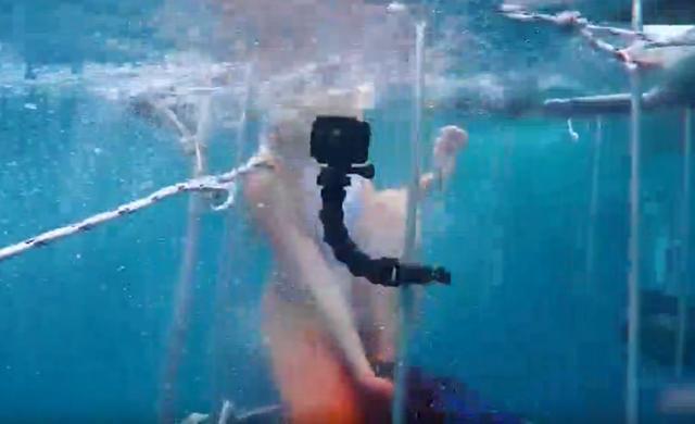 做个直播也是拼了命了 女模特为了吸人气, 潜水做