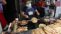 小店不足几平米的街头小吃,但人气爆满