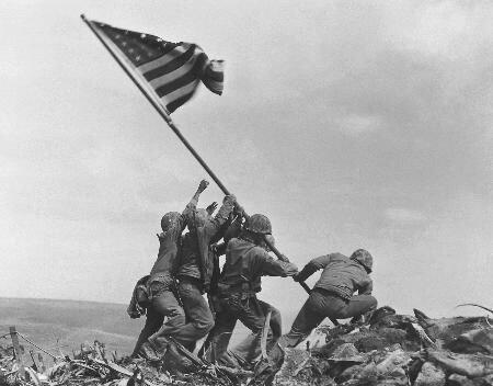 作为二战经典照片之一的《星条旗插上硫磺岛》早已为广为人知,这张
