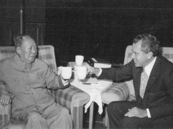 尼克松女儿紧盯着毛主席看