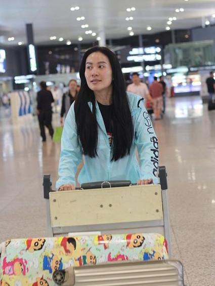 叶璇机场照纯素颜秒变路人脸, 但网友还是觉得: 美哭了!
