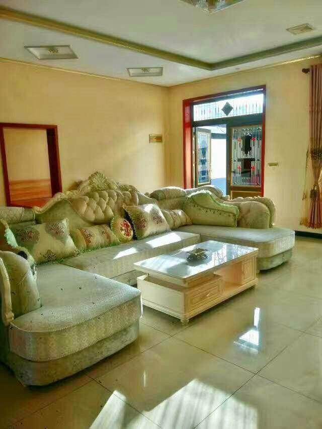 一楼的大厅,欧式装修风格,买的也是欧式的沙发,地板铺的是瓷砖.
