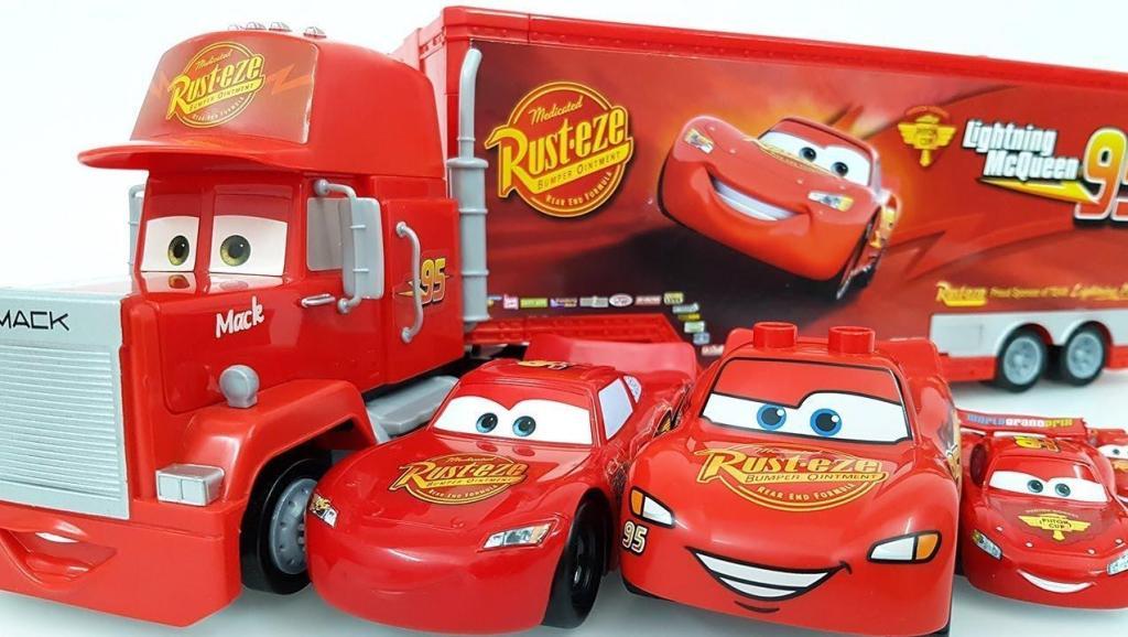 将小赛车们排好队放在货车车厢里