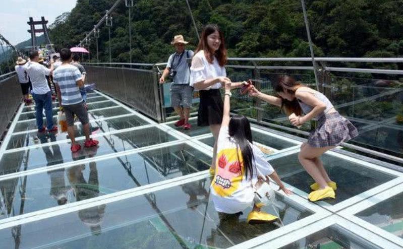 """玻璃桥意外成""""走光桥"""", 穿裙子的妹子注意了, 站在桥下很容易被看穿"""