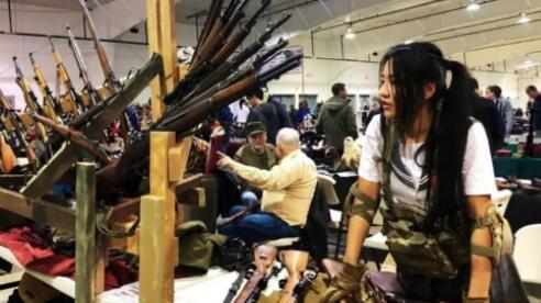 自拍私生活照引争议, 官媒发声批评 中国女孩为绿卡加入美军,