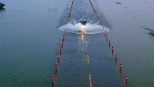 水中色自拍视频_鄱阳湖水上公路在水中犹如一条蛟龙,水中有路,路天一色