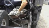 修车小伙捡来一台报废汽车,重新改装成三轮汽车自己开,水平真高