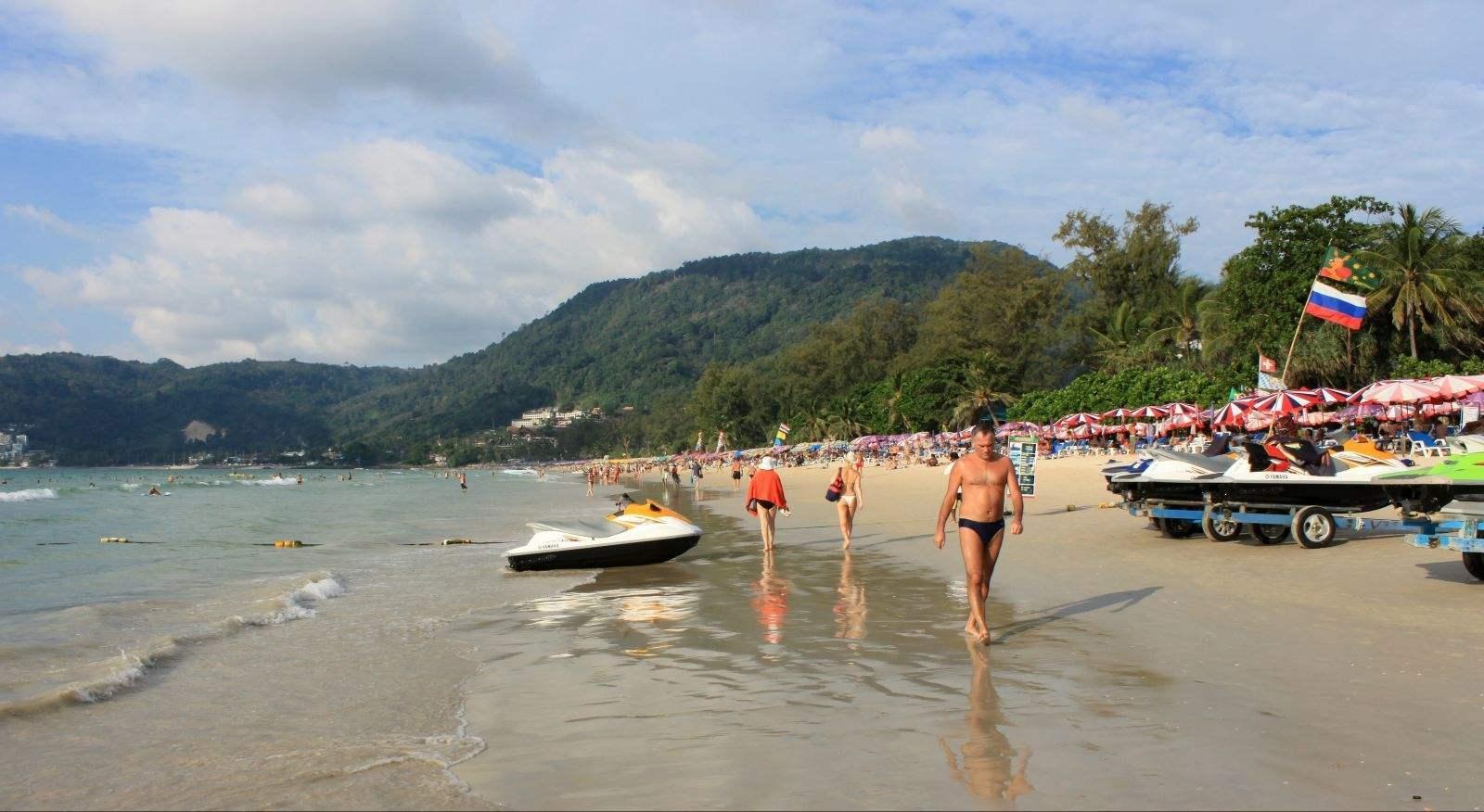 普吉岛芭东海滩救生员威拉攀称:游客忽视安全警告是事故频发的主要