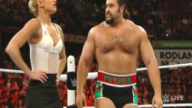WWE: 小姐姐天使面孔,发起疯就是恶魔,狂虐对手打出血!