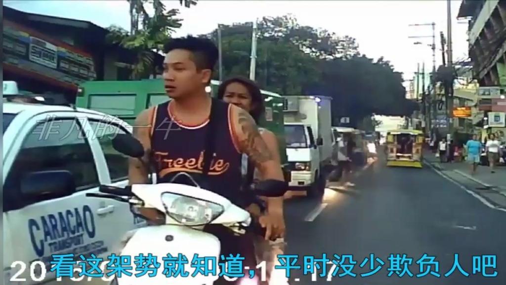 摩托车嚣张逆行,不让路还吓唬人,3秒后立马变脸!
