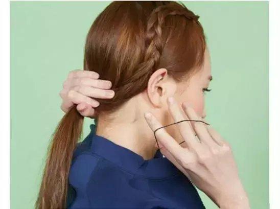 很适合学生妹纸的一款辫子编发发型,无刘海的造型设计,露出饱满的额头