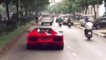 大街上看见一辆兰博基尼,骑电动车的人亮了