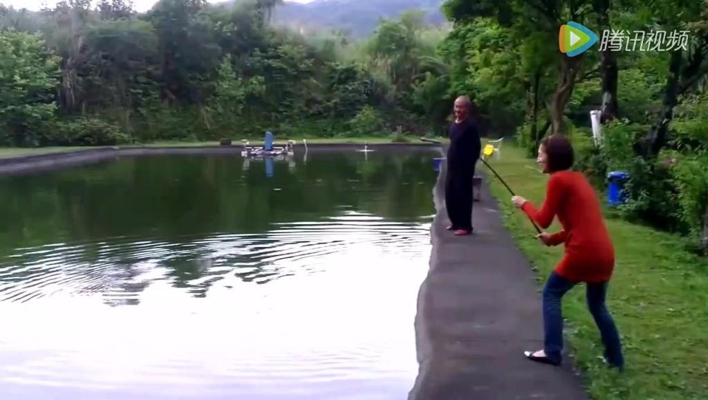 美女钓鱼把竿子都拉断了,旁边大爷看不下去过来帮忙,结果懵逼