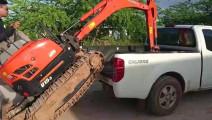 皮卡运输小型挖掘机,看看挖掘机如何上车的
