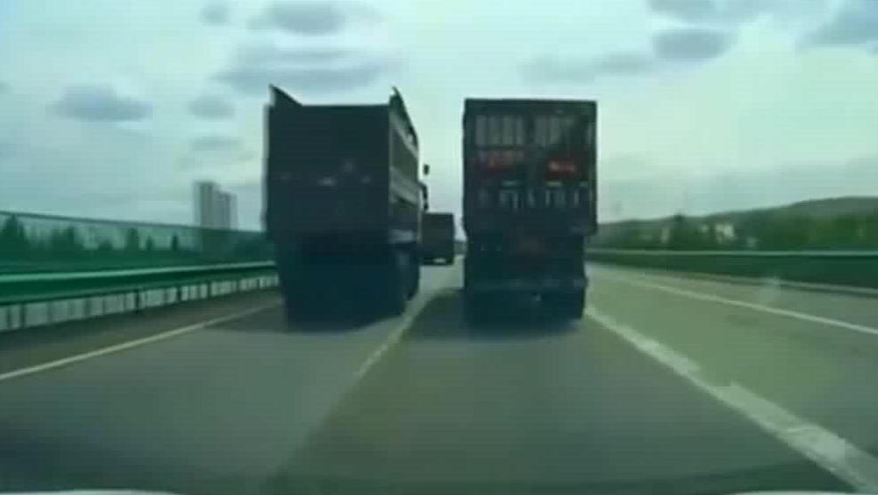 大货车果然是很野蛮的存在,一个超车的动作就能把人吓出冷汗!