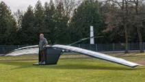 大爷发明人力飞机,要不断的蹦才能飞,半空中没劲咋办