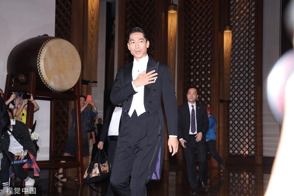 林志玲婚礼: 林志玲获爸爸挽手出场 头戴白纱似女神气质迷人