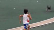 小学生田径比赛,400米赛道1分钟跑完!动作像博尔特