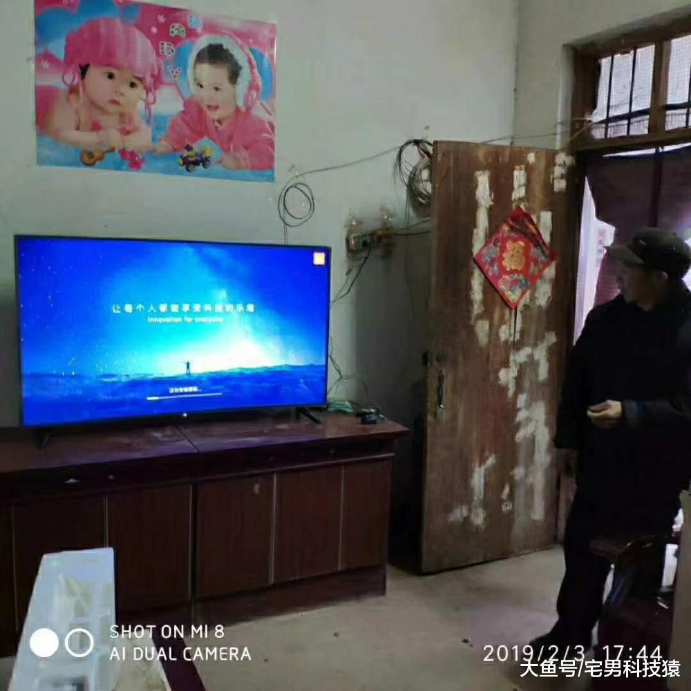 满足村中老人春晚仪式感, 工作人员翻山越岭送上小米电视(图3)