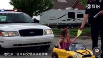 小女孩开玩具车上路被交警开罚单,一句话萌翻众人!