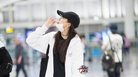 关晓彤素颜现身机场, 一个人尬舞大秀美手, 为赶飞机还偷吃零食!