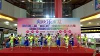 重庆南方(集团)艺术团今天下午在南坪演出广场舞(田间欢歌