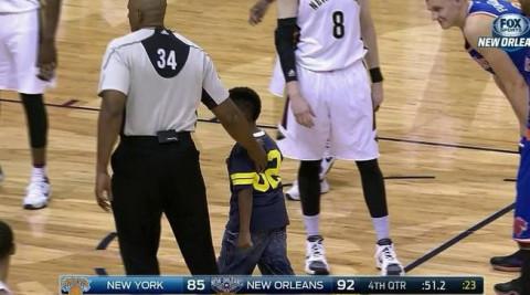 安东尼笑着摸了摸小男孩的脑袋,之后小男孩在裁判的引导下离开了球场.