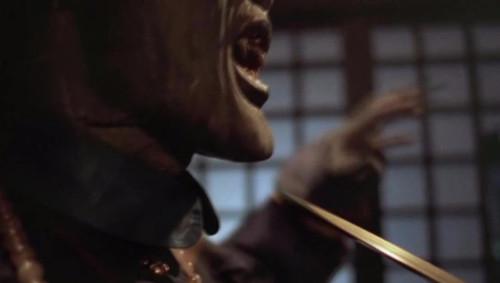 对付皇族僵尸四目道长很慷慨,随手给了一休大师一把武器